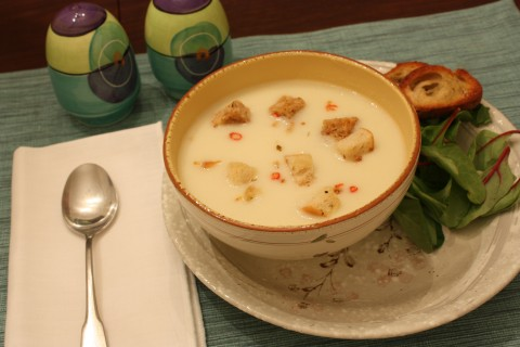 Cream of cauliflower soup with spicy croutons